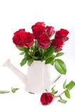 Röda rosor i en vas Arkivbild