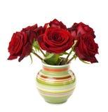 Röda rosor i en vas Arkivfoton