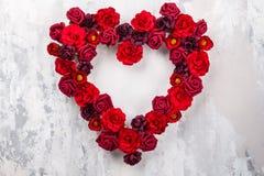 Röda rosor i form av hjärta Arkivbild