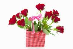 Röda rosor i pappers- påse Arkivbilder
