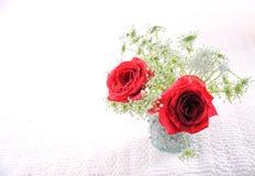 Röda rosor i vas 3 arkivfoton