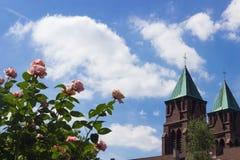 Röda rosor med kyrkan i bakgrunden Royaltyfria Foton