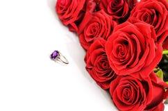Röda rosor och en cirkel Royaltyfri Foto