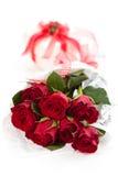 Röda rosor och gåva Royaltyfri Bild