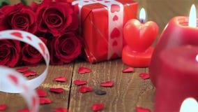 Röda rosor och gåvaask på träbakgrund lager videofilmer