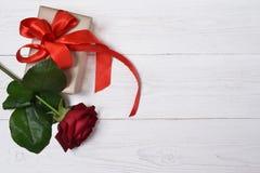 Röda rosor och gåvor fotografering för bildbyråer