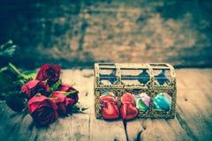 Röda rosor och hjärta-Shape choklad för valentin dag Retro s Arkivfoton