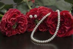 Röda rosor och pärlor Royaltyfri Bild