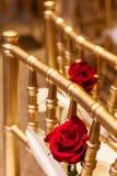 Röda rosor på guld- stolar Royaltyfri Fotografi