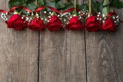 Röda rosor på träbrädet, bakgrund, kopieringsutrymme Arkivbild