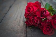 Röda rosor på wood bakgrund, Retro tappning, Royaltyfri Foto