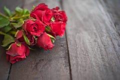 Röda rosor på wood bakgrund, Retro tappning, Arkivbild