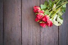 Röda rosor på wood bakgrund, Retro tappning, Royaltyfria Foton