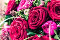 Röda rosor som gifta sig buketten Arkivfoton