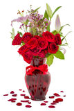 Röda rosor som isoleras på vit Arkivbilder