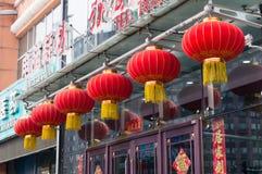 Röda runda kinesiska traditionella lampskuggor för pappers- lykta Arkivfoton