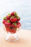Röda söta jordgubbar i ett exponeringsglas Royaltyfri Foto