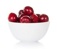 Röda söta körsbär i kopp arkivbild