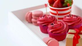 Röda sötsaker och champagne i st-valentindag stock video