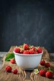 Röda saftiga jordgubbar i den vita bunken Fotografering för Bildbyråer
