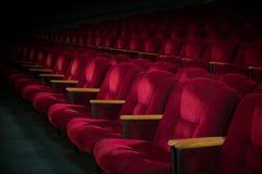 Röda sammetfåtöljer i den tomma salongen Royaltyfri Bild