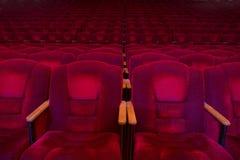 Röda sammetfåtöljer i den tomma salongen Arkivfoton
