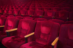 Röda sammetfåtöljer i den tomma salongen Arkivbilder