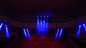 Röda sammetplatser för åskådare i teatern eller bion Den röda sammettygtorkduken tömmer radkolonnen för många platser i film fotografering för bildbyråer
