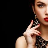 Röda sexiga kanter och spikar closeupen Manikyr och makeup Fyrkantig sammansättning Halva av skönhetmodellflickas framsida på royaltyfri bild