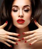 Röda sexiga kanter och spikar closeupen Manikyr och makeup Fyrkantig sammansättning Halva av skönhetmodellflickas framsida på royaltyfri fotografi