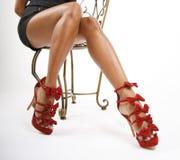 röda sexiga skor för ben arkivbilder