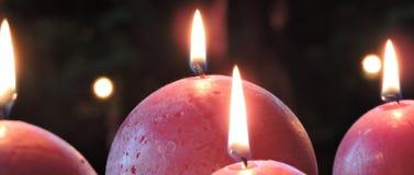 Röda sfäriska julstearinljus Arkivfoton