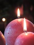 Röda sfäriska julstearinljus Arkivbilder