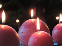 Röda sfäriska julstearinljus Royaltyfria Bilder