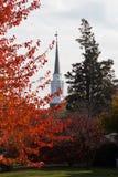 Röda sidor och kyrklig kyrktorn Royaltyfria Foton