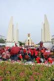Den röda skjortan samlar i Bangkok Royaltyfri Foto
