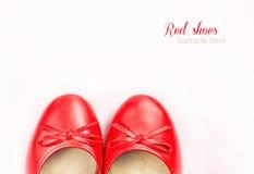 Röda skor på vit med prövkopiatext Royaltyfri Bild