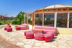 Röda soffor på den tropiska semesterorten i Hurghada Royaltyfria Bilder