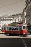 Röda spårvagnar som cirkulerar i Lissabon, Portugal Royaltyfria Foton