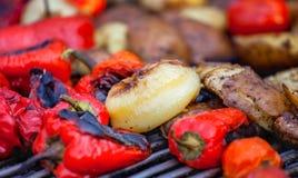 Röda spanska peppar, potatisar, champinjoner, tomater och aubergine som grillas till guld- brunt Royaltyfri Bild