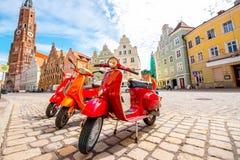 Röda sparkcyklar på gatan i Tyskland Royaltyfri Foto