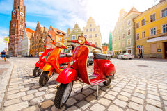 Röda sparkcyklar på gatan i Tyskland Royaltyfri Bild