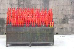 Röda stearinljus i den buddistiska Lingyin templet, Hangzhou, Kina Royaltyfri Foto