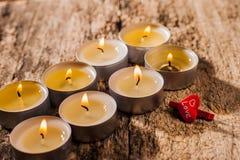 Röda stearinljus ljus med steg Valentinstearinljusljus Arkivbild