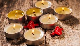 Röda stearinljus ljus med steg Valentinstearinljusljus Arkivfoton