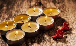 Röda stearinljus ljus med steg Valentinstearinljusljus Royaltyfria Foton