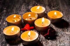 Röda stearinljus ljus med steg Valentinstearinljusljus Royaltyfri Bild