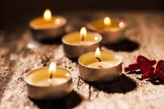 Röda stearinljus ljus med steg Valentinstearinljusljus Royaltyfria Bilder