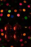 Röda stearinljus med julbokeh Arkivfoto