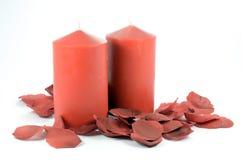 Röda stearinljus och rosa kronblad Royaltyfria Foton